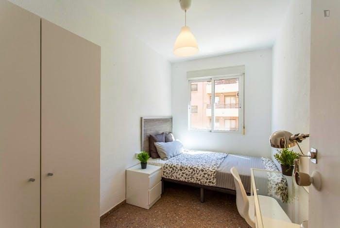 Wonderful single bedroom in a student flat, in Trinitat  - Gallery -  1