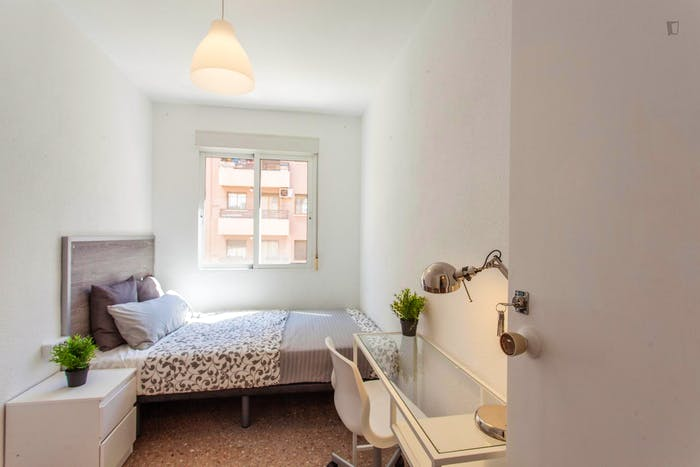 Wonderful single bedroom in a student flat, in Trinitat  - Gallery -  2