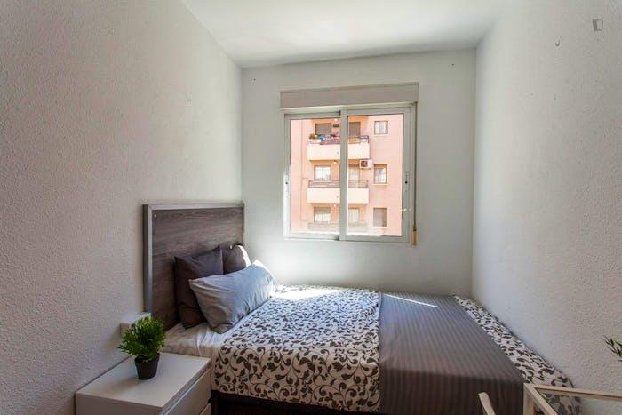 Wonderful single bedroom in a student flat, in Trinitat  - Gallery -  3