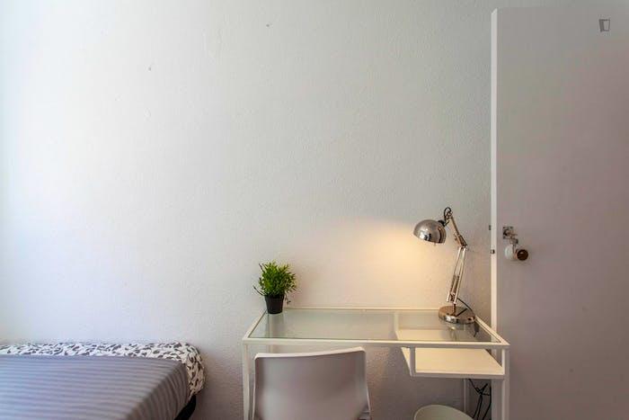 Wonderful single bedroom in a student flat, in Trinitat  - Gallery -  4