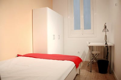 Very nice double bedroom in an 8-bedroom flat, in the Cortes neighbourhood  - Gallery -  1