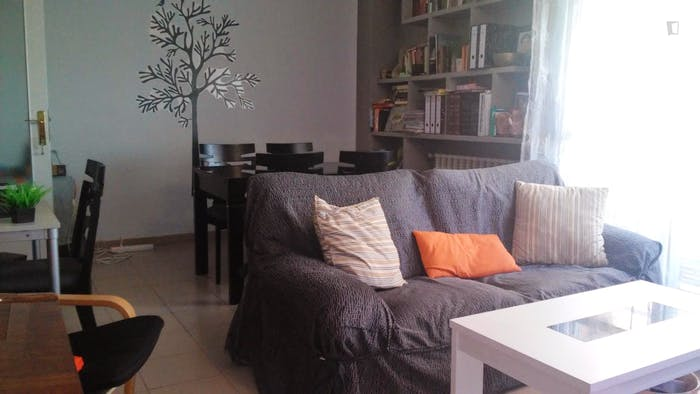 Warm and pleasant twin bedroom in a 4-bedroom flat in Lacoma  - Gallery -  2