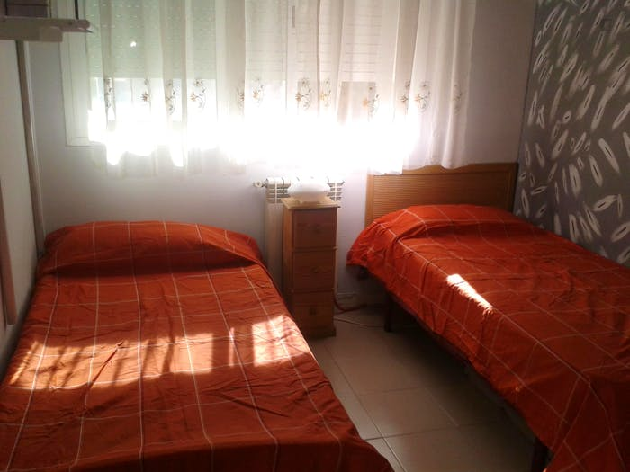 Warm and pleasant twin bedroom in a 4-bedroom flat in Lacoma  - Gallery -  1