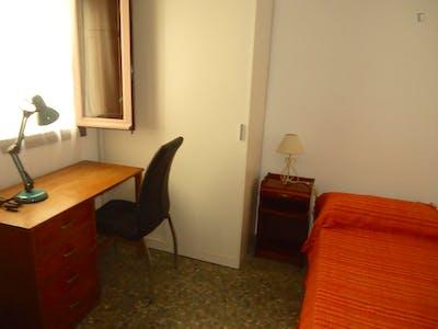 Single bedroom in a 3-bedroom flat, in Ciudad Jardin