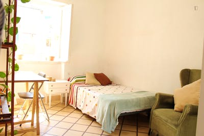 Sunny single bedroom in a 5-bedroom apartment, in Figares  - Gallery -  1