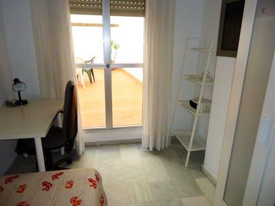 Airy single bedroom in a student flat, in Ciudad Jardin