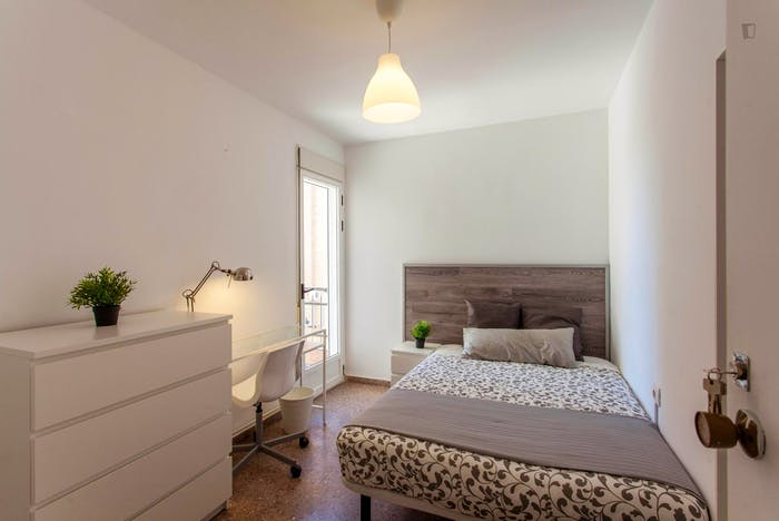 Very cool double bedroom with a balcony, near Jardins del Reial  - Gallery -  1
