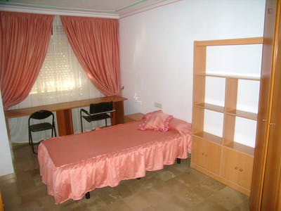 3 Bedroom apartment in Granada in C/Sag. Familia, only students for full course.