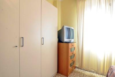 Tradicional double bedroom in the vicinity of the Facultad de Ciencias de la Educación - Universidad de Málaga  - Gallery -  3
