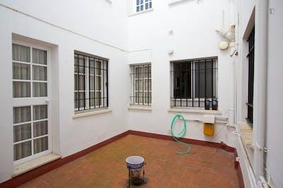 Sweet single bedroom in a 3-bedroom flat close to Facultad Bellas Artes  - Gallery -  3