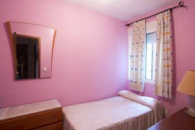 Sweet single bedroom in a 3-bedroom flat close to Facultad Bellas Artes  - Gallery -  1