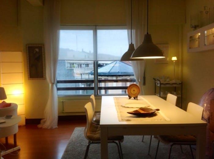 Wonderful double bedroom in a 3-bedroom apartment near Plaza de la Convivencia  - Gallery -  4