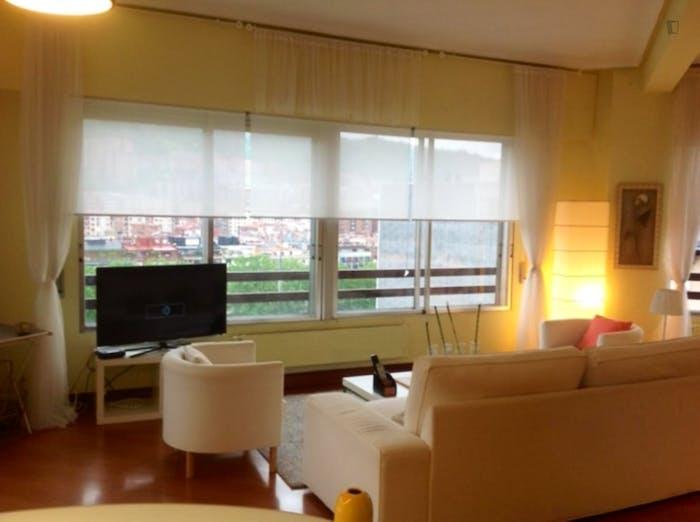 Wonderful double bedroom in a 3-bedroom apartment near Plaza de la Convivencia  - Gallery -  6