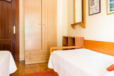 Warm twin bedroom in a 5-bedroom flat near Centro Comercial Neptuno  - Gallery -  2