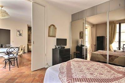 Vintage 1-bedroom apartment with a charming fireplace in Paris, next to Cathédrale Notre-Dame de Paris   - Gallery -  3