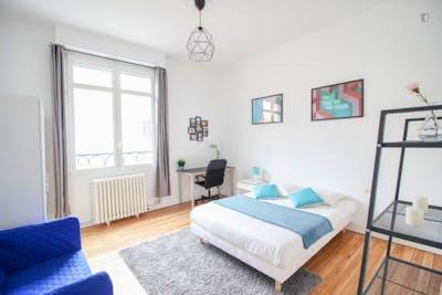 Grande chambre avec coin sofa à Bordeaux