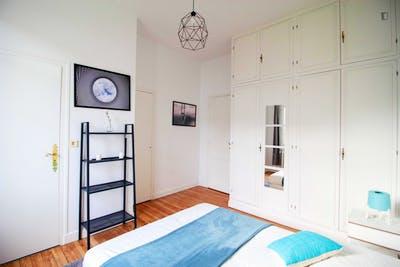 Chambre avec salle de bain privative à l'étage d'une grande maison à Bordeaux