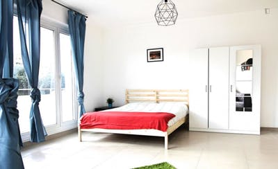 Fantastic double bedroom with balcony in a 4-bedroom apartment