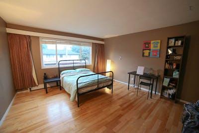 Well-lit double bedroom in Oakridge  - Gallery -  1