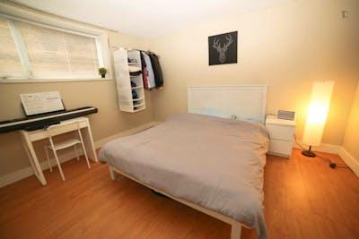 Well-equipped bedroom in the Oakridge neighbouhood  - Gallery -  1