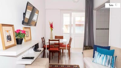 Stylish and contemporary double bedroom, in a recently refurbished apartment  - Gallery -  1