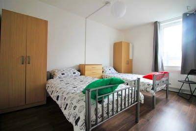 Stupendous double bedroom near the South Quay DLR stop  - Gallery -  3