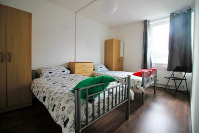 Stupendous double bedroom near the South Quay DLR stop  - Gallery -  1