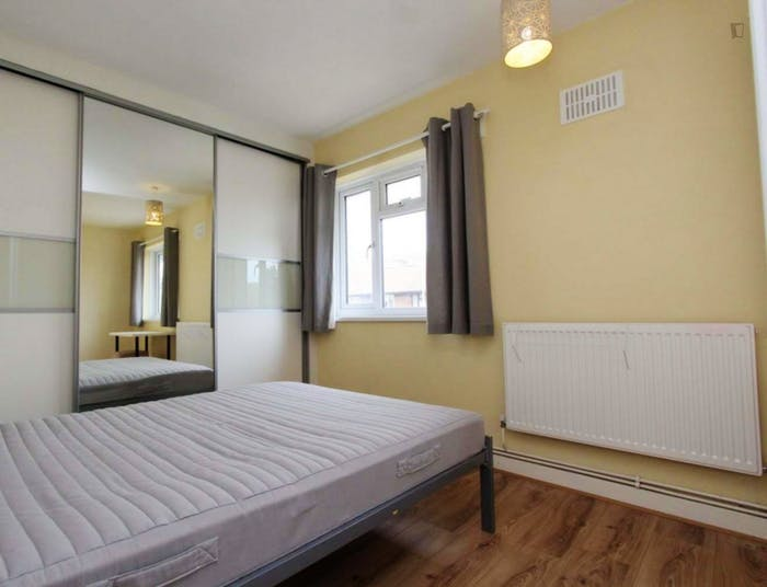 Well-lit double bedroom in trendy Isle of Dogs  - Gallery -  1
