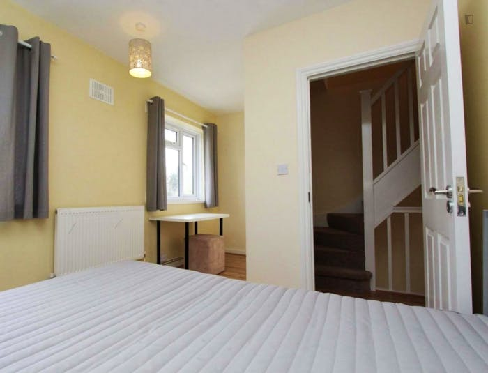 Well-lit double bedroom in trendy Isle of Dogs  - Gallery -  4