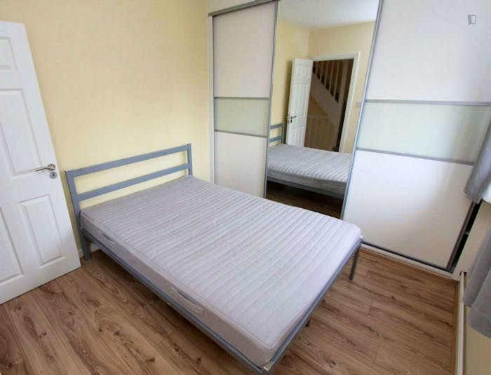Well-lit double bedroom in trendy Isle of Dogs  - Gallery -  3