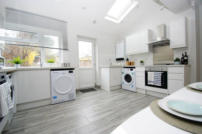 Welcoming double bedroom close to the White City tube  - Gallery -  6