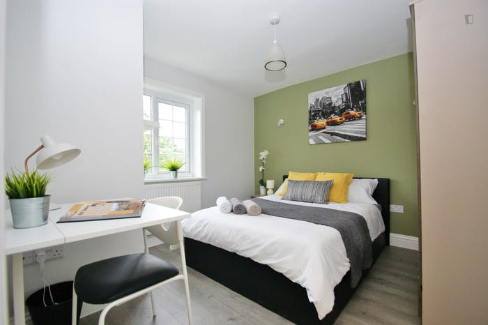 Welcoming double bedroom close to the White City tube  - Gallery -  4