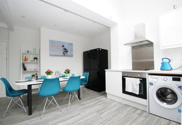 Welcoming double bedroom close to the White City tube  - Gallery -  9
