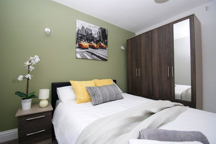 Welcoming double bedroom close to the White City tube  - Gallery -  3