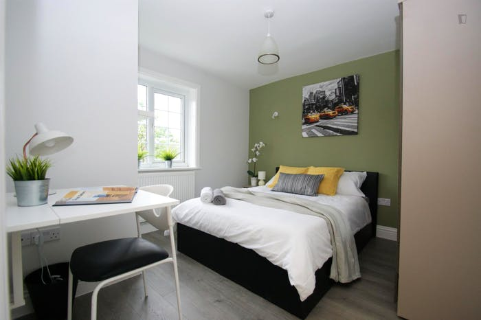 Welcoming double bedroom close to the White City tube  - Gallery -  1