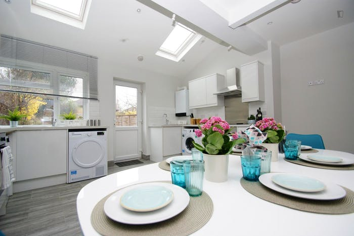 Welcoming double bedroom close to the White City tube  - Gallery -  7