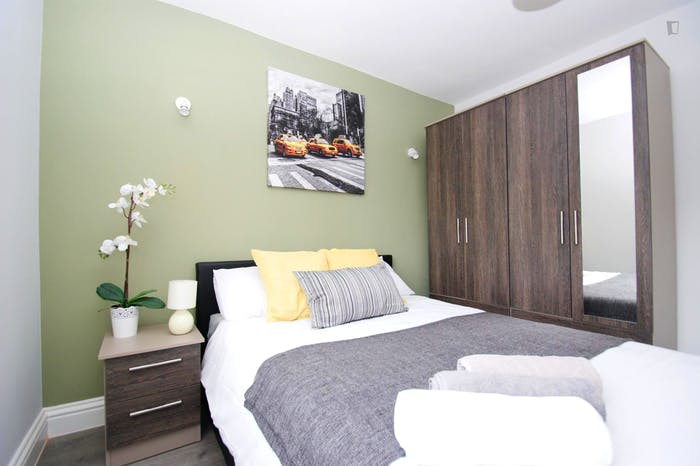 Welcoming double bedroom close to the White City tube  - Gallery -  5