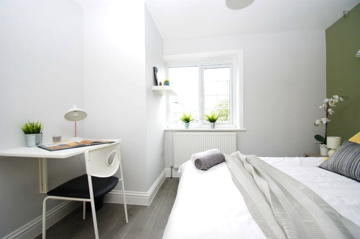 Welcoming double bedroom close to the White City tube  - Gallery -  2