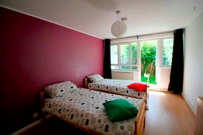 Twin bedroom not far from Stepney Green Station  - Gallery -  1