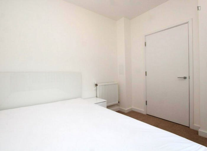 Welcoming double bedroom in Royal Docks  - Gallery -  6