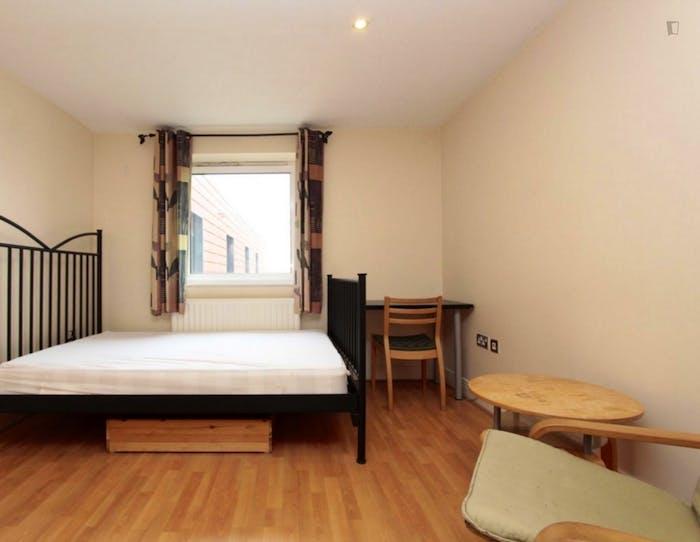 Well-lit double ensuite bedroom in Silvertown  - Gallery -  2