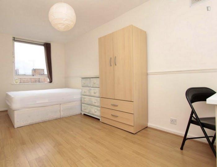 Well-lit double bedroom in 3-bedroom flat  - Gallery -  5