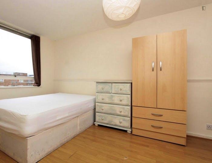 Well-lit double bedroom in 3-bedroom flat  - Gallery -  1