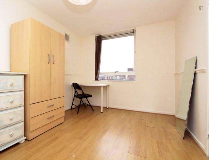 Well-lit double bedroom in 3-bedroom flat  - Gallery -  3