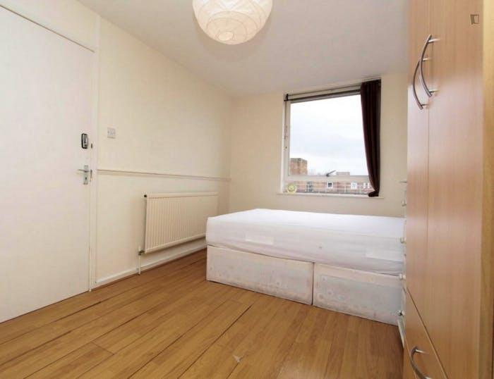 Well-lit double bedroom in 3-bedroom flat  - Gallery -  2