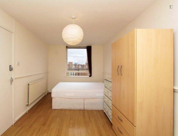 Well-lit double bedroom in 3-bedroom flat  - Gallery -  4