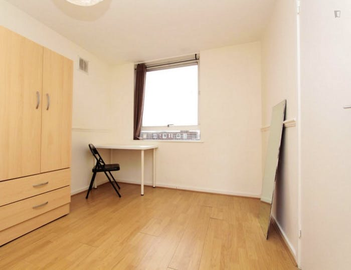 Well-lit double bedroom in 3-bedroom flat  - Gallery -  6