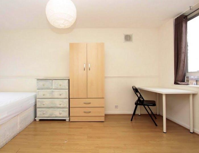 Well-lit double bedroom in 3-bedroom flat  - Gallery -  7