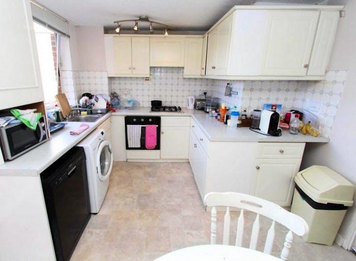 Well-lit double bedroom in 3-bedroom flat  - Gallery -  8