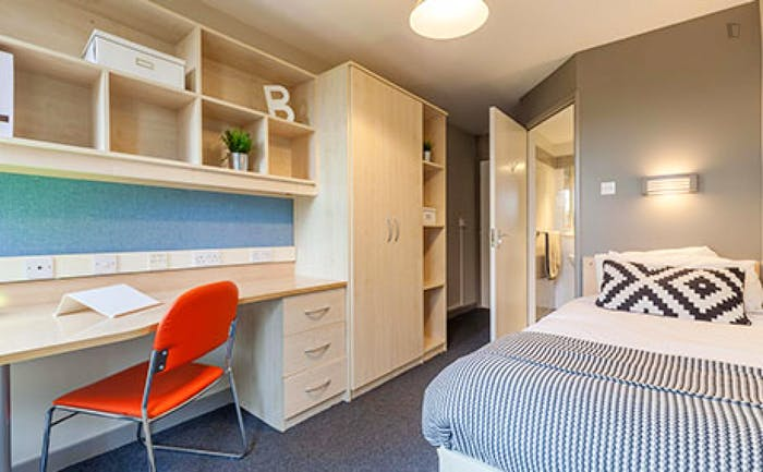 Welcoming double ensuite bedroom, in the centre of Aberdeen  - Gallery -  1
